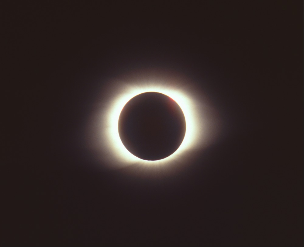 Total_solar_eclipse_of_March_9_1997.jpg